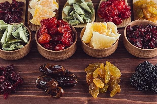 сушеные фрукты в мисочках