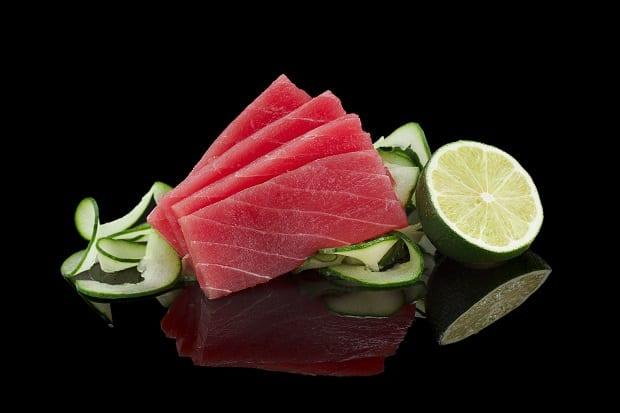 ломтики тунца и половинки лайма