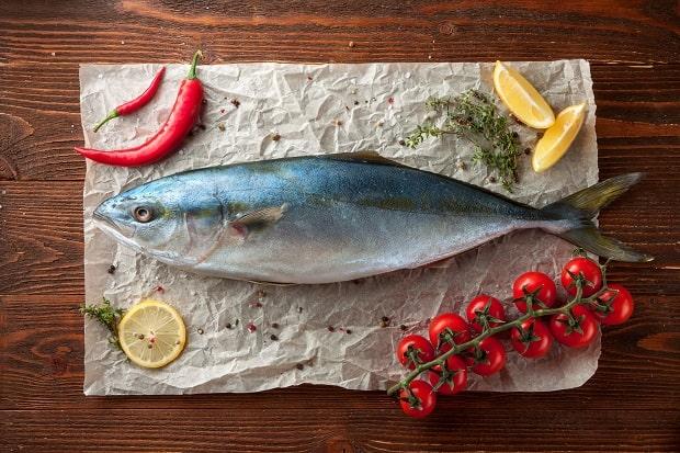 свежий тунец, веточка черри, лимон, перец и специи