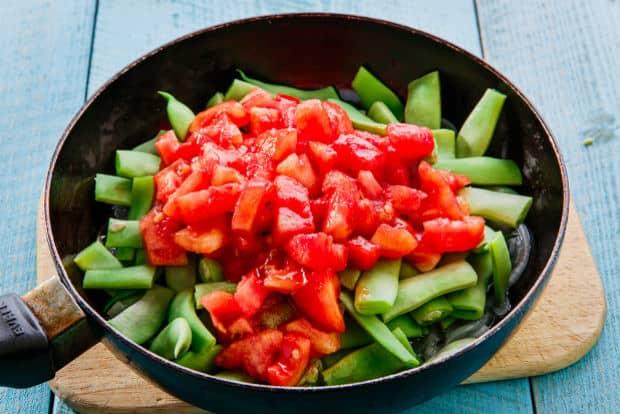 стручковая фасоль с мякотью помидоров в сковороде