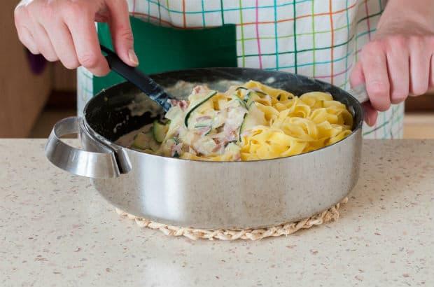 паста с кабачками в сливочном соусе в сотейнике