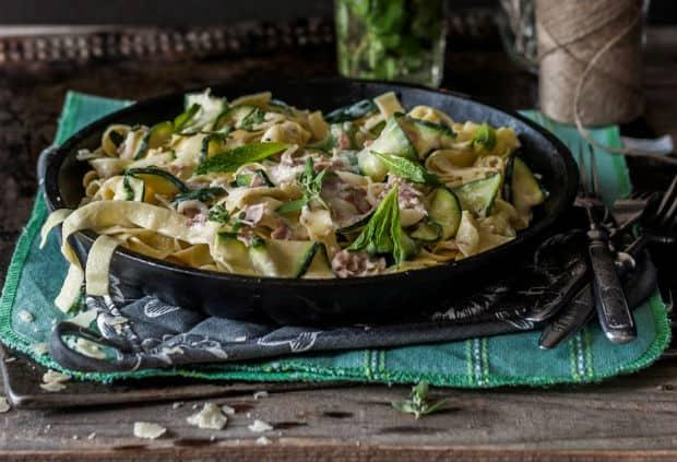 готовая паста Альфредо с зеленью на сковороде