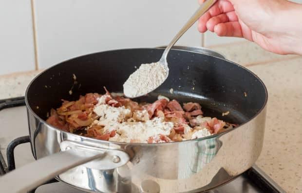мука добавляется в сковороду с луком и беконом
