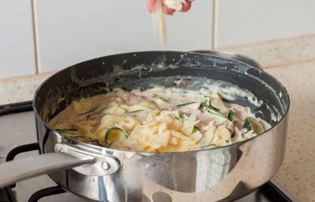 нарезанный пармезан с кабачками в сливочной смеси