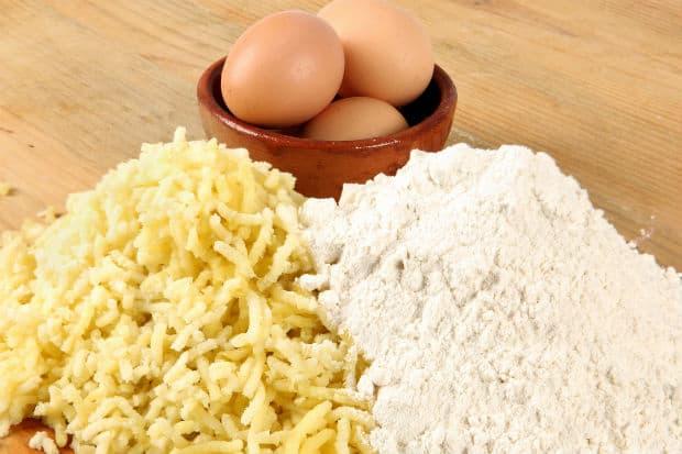 яйца, толченый картофель и мука