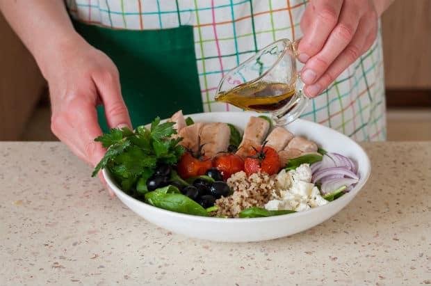 филе курицы с овощами заправляется соусом