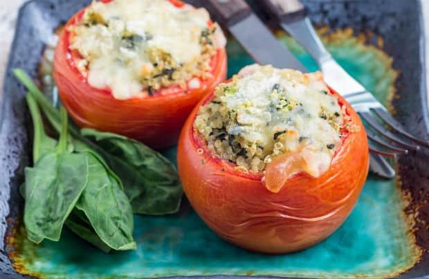 запеченные помидоры с киноа и шпинатом