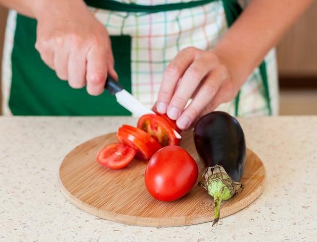 помидоры нарезают кружочками на досточке