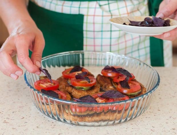 базилик выкладывают на помидоры