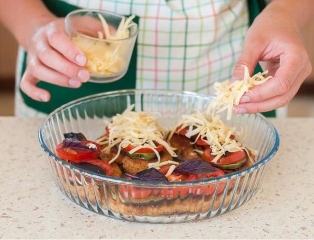 мясо и овощи посыпают сыром