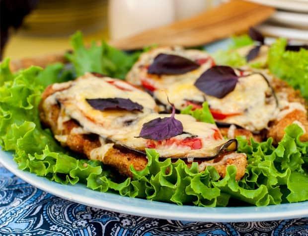 курица с баклажанами и помидорами на тарелке