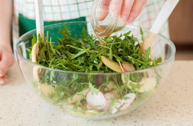глубокая миска с салатом
