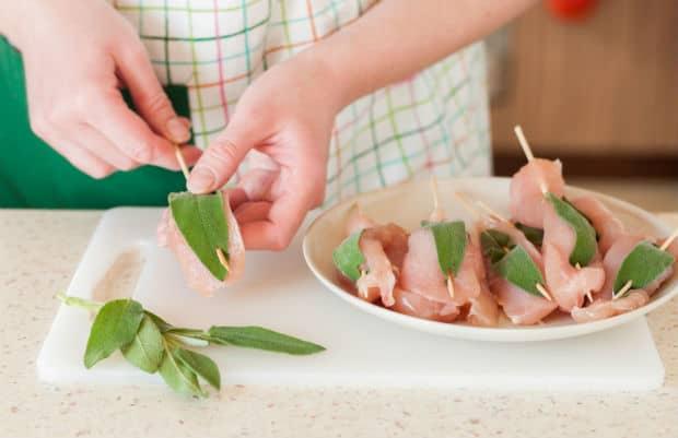 кусочки мяса с зеленью на шпажках