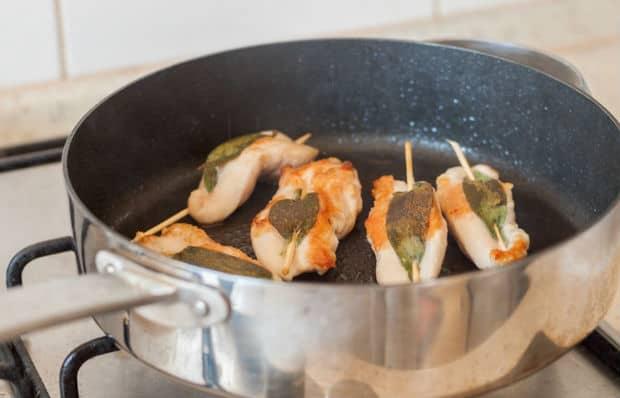 филе с зеленью на шпажках в сковороде