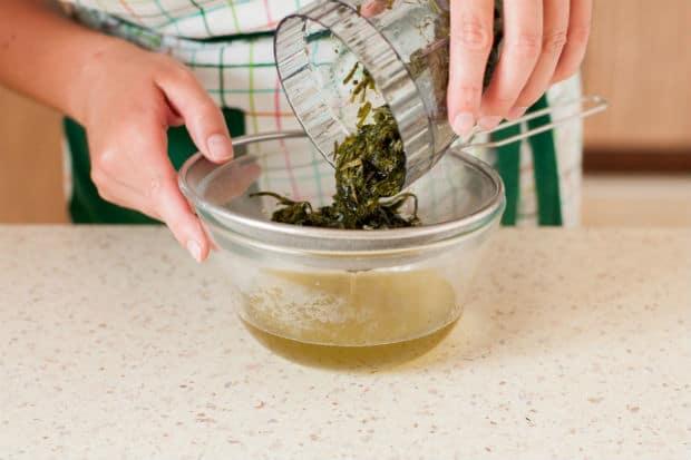 измельченные листья эстрагона добавляются в прозрачную миску с сиропом