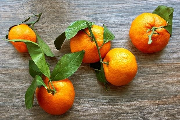 мандарины с кожурой и листвой
