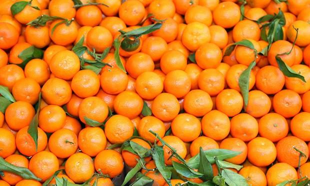 горка мандаринов с листьями