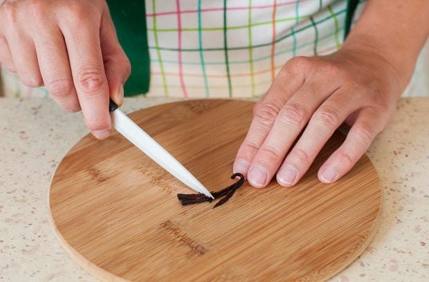 стручок корицы разрезают ножом