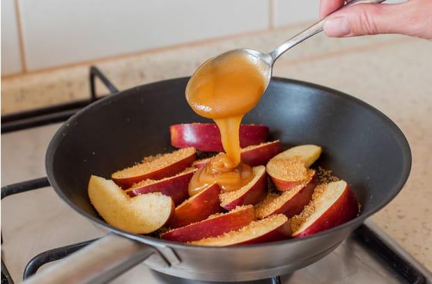 яблоки, сахар и мед в сковороде