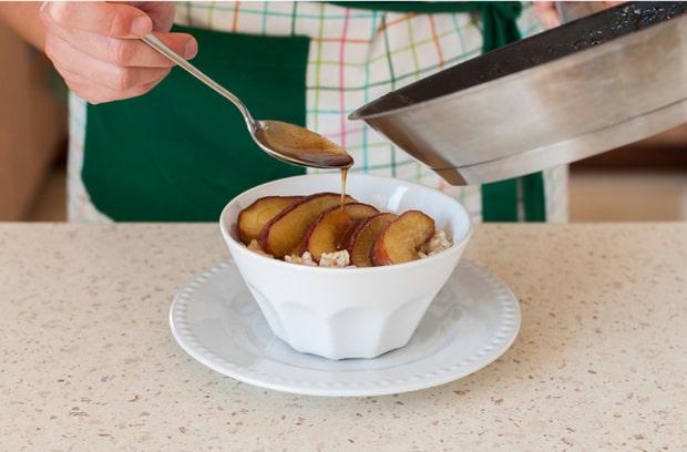тарелка с овсяной кашей и яблоками