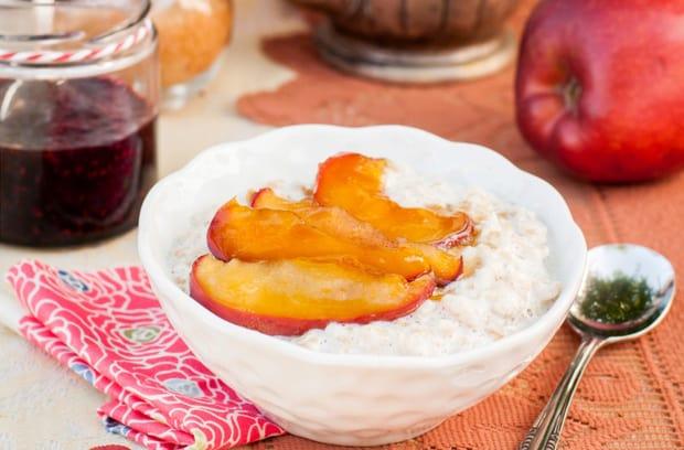 готовая овсяная каша с яблоками и медом
