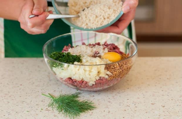 фарш с яйцом, луком и зеленью в миске