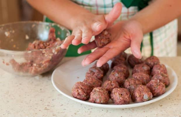 мясные фрикадельки на тарелке на столе