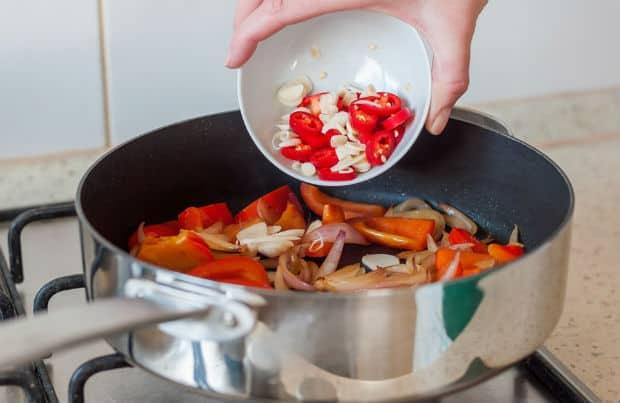 горький перец и чеснок добавляется в сотейник
