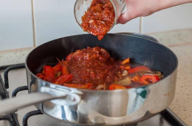 томатный соус добавляется в сотейник с овощами
