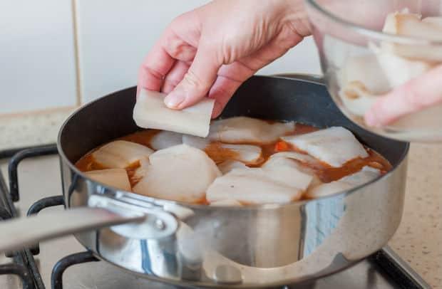 кусочки филе рыбы в сотейнике с овощами