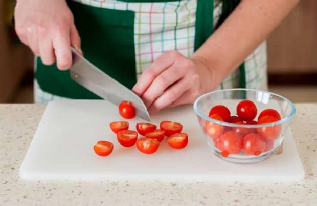 нарезанные половинками помидоры черри