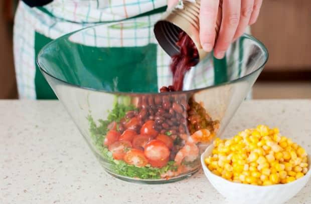 консервированную фасоль высыпают в салат