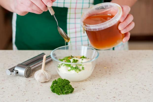 тарелка со сметаной и мед в ведерке