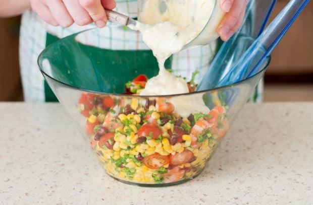 салат заправляют сметанным соусом