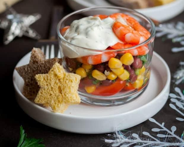 салат с креветками и овощами в салатнице
