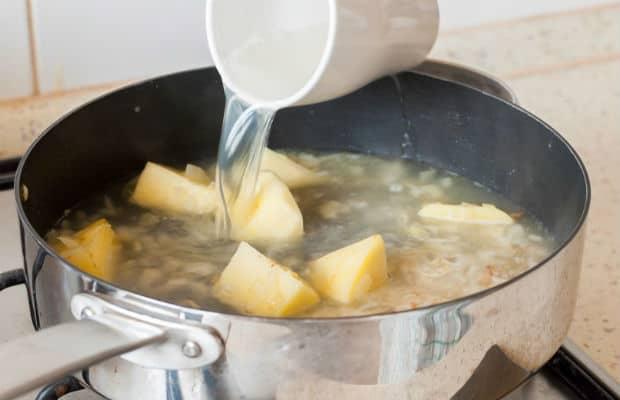картофель и лук заливают бульоном
