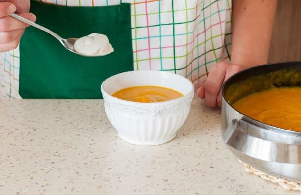 готовый суп-пюре в белой тарелке