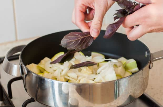 базилик добавляется в сковороду с луком и кабачками