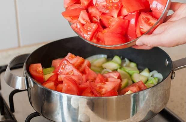 помидоры добавляются в сковороду с кабачками