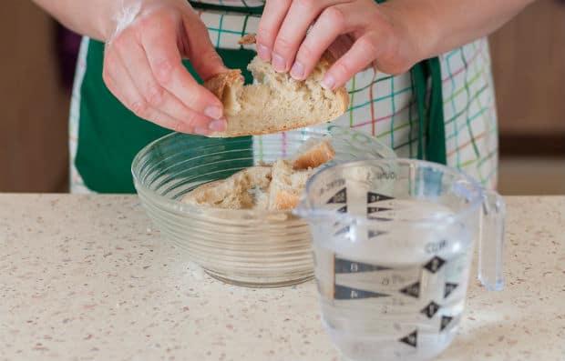 хлеб в мисочке и стакан воды