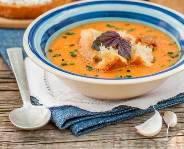овощной крем-суп с хлебом и зеленью в тарелке