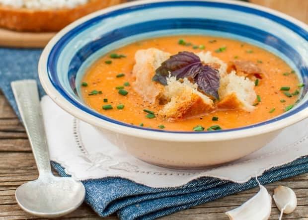 тосканский суп-пюре с хлебом в тарелке