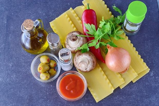 оливки, томатная паста, луковица, зелень, перец, специи, масло и листы лазаньи
