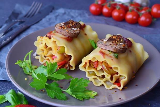 вегетарианская лазанья с петрушкой на тарелке