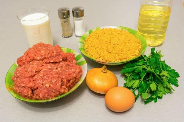 мясной фарш, лук, яйцо, петрушка, панировочные сухари, солонки, растительное масло, сливки