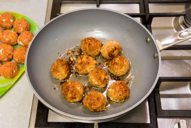 жареные фрикадельки на сковороде на плите