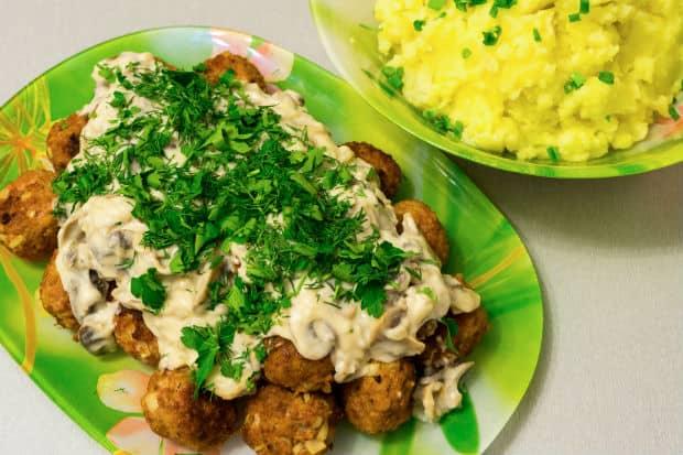 жареные фрикадельки с грибным соусом и зеленью