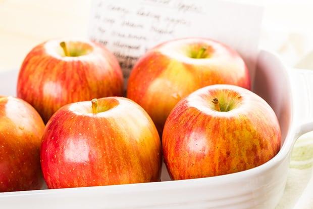 красные яблоки в тарелке