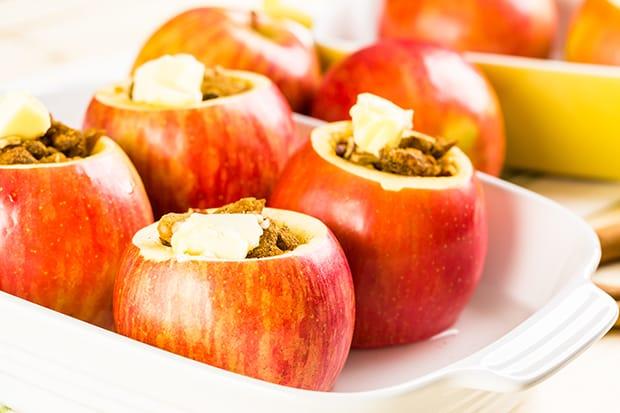 красные яблоки с начинкой и маслом