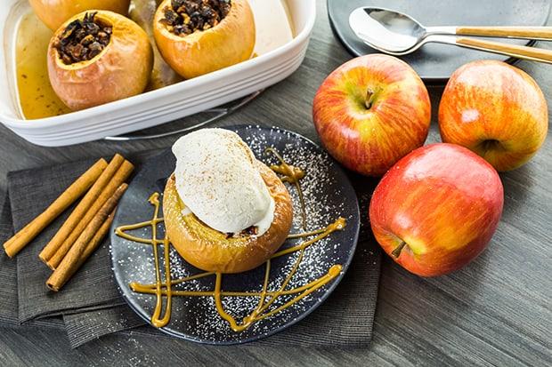 готовые печеные фаршированные яблоки на столе